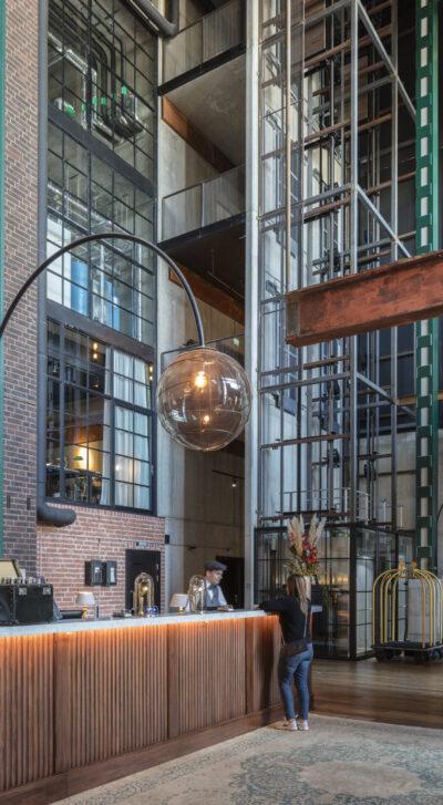 Steam Hotels reception med modern inredning och urban omgivning