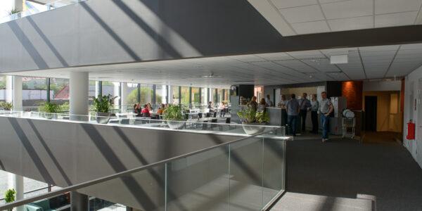 Öppna ytor inuti ABB:s kontor. Både mellan våningar och kontorslandskap.