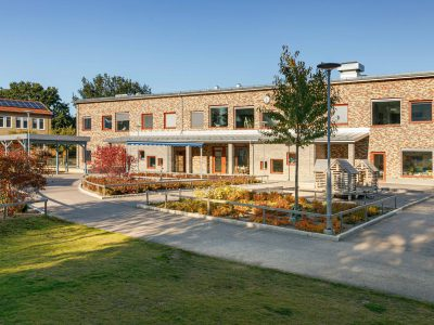 Blåsbo förskola med röd tegelfasad och naturskön omgivning